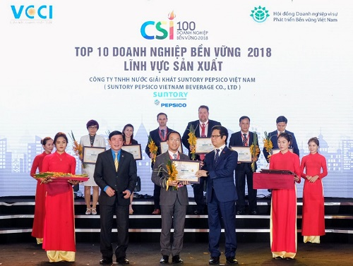 Đại diện Suntory PepsiCo Việt Nam nhận giải thưởng doanh nghiệp phát triển bền vững tại Việt Nam của VCCI.  - 1 1 6866 1544754402 - Suntory PepsiCo VN giảm 70% lượng nước sử dụng sau 10 năm