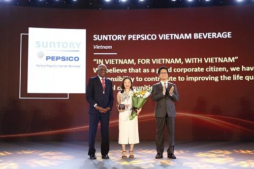 Bà Văn Thị Anh Thư - Phó Tổng giám đốc cấp cao phụ trách nhân sự của Suntory PepsiCo Việt Nam đại diện công ty nhận giải thưởng phát triển nguồn nhân lực châu Á 2018 (Asia HRD Award 2018).  - 2 JPG 1580 1544754402 - Suntory PepsiCo VN giảm 70% lượng nước sử dụng sau 10 năm