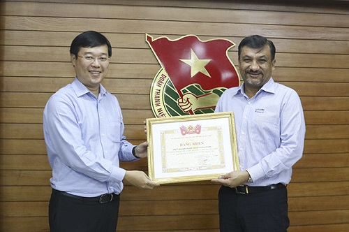 Ông Uday Shankar Sinha - Tổng giám đốc đại diện Suntory PepsiCo Việt Nam (phải) nhận bằng khen từ Bí thư thứ nhất Trung ương Đoàn Lê Quốc Phong cho những đóng góp vì cộng đồng.  - 3 9782 1544754402 - Suntory PepsiCo VN giảm 70% lượng nước sử dụng sau 10 năm