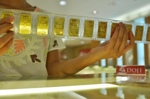 Giao dịch vàng miếng tại Tập đoàn DOJI. Ảnh: PV.  - Ba n sao doji6 1849 1381805150 8028 1288 1544758380 - Giá USD ngân hàng tiếp tục hạ, vàng trong nước tăng