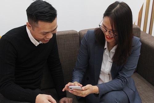 Chị Đặng Vân (phải) - một trong những chủ công ty ứng dụng hiệu quả Bot Bán Hàng trong công việc kinh doanh. Ảnh: Triệu Nguyễn.  - IMG 2739 1599 1549849672 - Cửa hàng tăng gần 30% đơn hàng nhờ chatbot