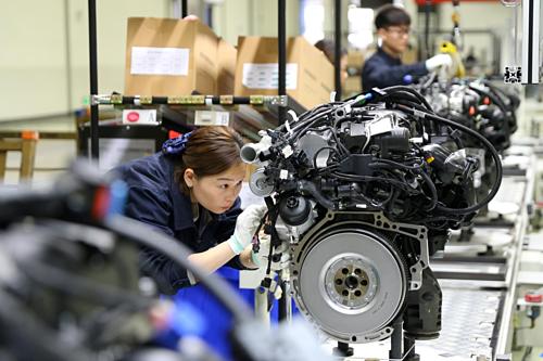 Công nhân Trung Quốc trong một nhà máy ở Tứ Xuyên. Ảnh: Reuters  - china 2 1557914873 8206 1557914985 - Kinh tế TQ đã mất đà trước khi Mỹ áp thuế