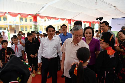 Lãnh đạo địa phương và lãnh đạo Vietcombank thăm hỏi học sinh của trường  - anh 2 1560936942 2274 1560938180 - Vietcombank tài trợ 3 tỷ. đ xây lớp học ở Yên Bái