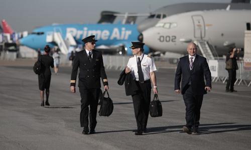 Các phi công đi dạo tại Paris Air Show năm nay. Ảnh: Bloomberg  - phicong 4641 1560833855 - CEO Boeing: TG cần 800.000 phi công trong hai thập kỷ tới