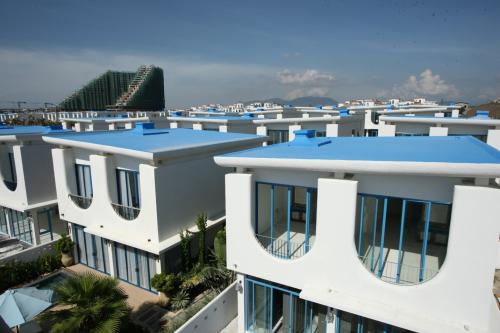 Dự án Cam Ranh Bay được thiết kế theo phong cách Santorini, Hy Lạp với nhà trắng, mái vòm xanh  - 483160121 w500 2395 1562916513 - Lợi thế giúp thị trường BĐS nghỉ dưỡng Cam Ranh sôi động