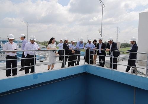 Đoàn lãnh đạo hai bên thăm quan nhà máy nước Nhị Thành (Long An).  - 1 6581 1565865814 - DNP Water kỳ vọng IFC gia tăng hỗ trợ ngành nước VN