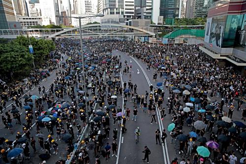 Người biểu tình tại đường Hardcourt (Hong Kong). Ảnh: Reuters  - hong kong 1565916178 1523 1565916325 - Hong Kong bơm hàng tỷ USD ngăn suy thoái kinh tế
