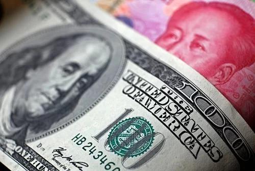 Đồng đôla của Mỹ và nhân dân tệ của Trung Quốc. Ảnh: Reuters  - usd yuan 5628 1565912756 - TQ không còn là chủ nợ NN lớn nhất của Mỹ