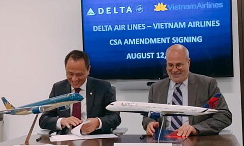 Lãnh đạo hai hãng ký thoả thuận mở rộng hợp tác liên danh linh hoạt tại Atlanta (Mỹ). Ảnh: VNA  - vna 1565777863 2408 1565778165 - VN Airlines mở rộng hợp tác liên danh hai chiều Việt – Mỹ với Delta Air Lines