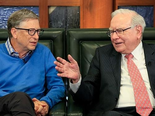 Bill Gates và Warren Buffett trong một sự kiện. Ảnh: AP  - bill gates warren buffett 1571 1182 9630 1571222964 - Người giàu Mỹ làm gì để ngày càng giàu