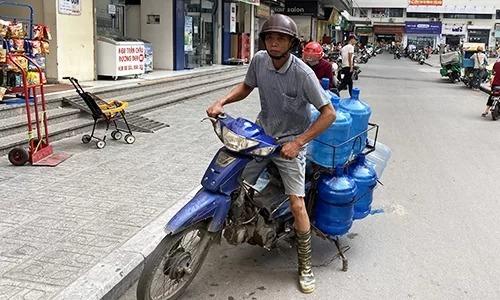 Bình nước 20 lít liên tục được chở đến các khu chung cư ở Linh Đàm, Hà Nội sáng 16/10. Ảnh: Anh Tú.  - binh nuoc 6790 1571235360 - Quản lý thị trường kiểm tra loạn giá nước đóng chai