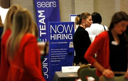 Người tham gia một sự kiện tuyển dụng tại Mỹ. Ảnh: Reuters  - us job 1570249090 4439 1570249177 - Tỷ lệ thất nghiệp của Mỹ thấp nhất 50 năm