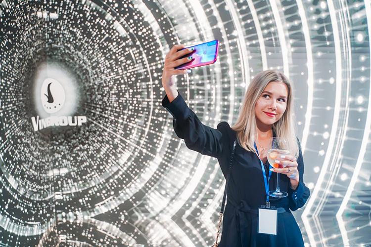 Khách mời trải nghiệm sản phẩm tại sự kiện.  - vsmart Nga 1 9795 1570237293 - Vinsmart ra mắt thị trường Nga