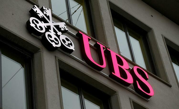 Logo UBS bên ngoài văn phòng tại Zurich (Thụy Sĩ). Ảnh: Reuters  - ubs 1573206109 1123 1573206198 - Tỷ phú toàn cầu 'nghèo' đi