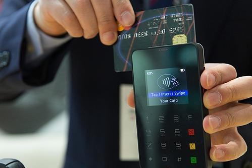 Xem lạithời hạn miễn phí thường niên hay ưu đãi lãi suất các thẻ tín dụng. Ảnh mnh họa: Pixabay  - credit card 1730085 960 720 15 8492 6654 1575277636 - 6 bước để 'hết nghèo' vào năm 2020