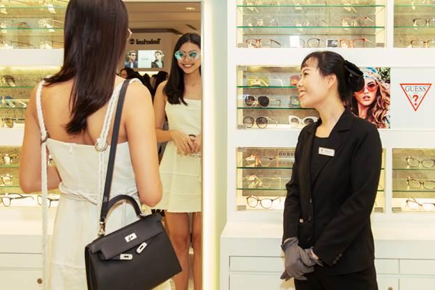 Thương hiệu đáp ứng nhu cầu của khách hàng thăm khám, đo tật khúc xạ và cắt kính mắt.  - image002 6979 1575284581 - AR Group ưu đãi khách mua kính dịp SEA Games