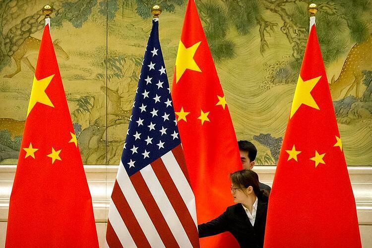 Cờ Mỹ và Trung Quốc trong một cuộc đàm phán thương mại hồi tháng 2. Ảnh: Reuters  - us china 1575456621 3284 1575456747 - Chiến tranh thương mại: Mỹ