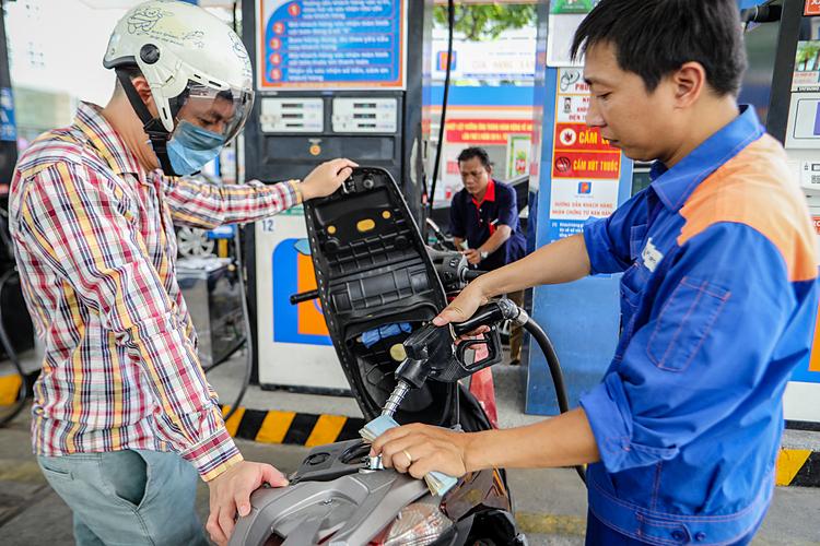 Nhân viên đổ xăng cho khách hàng. Ảnh: Thành Nguyễn.  - bk3a4185 1 1578970135 2714 1578970264 - Giá xăng có thể tăng nhẹ ngày mai