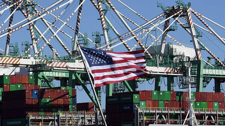 Container hàng hóa từ Trung Quốc và các nước tại Cảng Long Beach, California. Ảnh: AFP  - long beach 1579059415 1518 1579059571 - Mỹ sẽ không giảm thêm thuế với TQ cho đến sau bầu cử