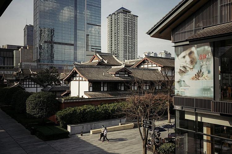 Taikoo Li, một trong những khu vực kinh doanh nhộn nhịp nhất ở Thành Đô, Trung Quốc vào hôm 13/2. Ảnh: NYT  - merlin 168487044 299c80ee 06b9 1559 5480 1581587283 - Kinh tế TQ 'như châu Âu thời trung cổ'