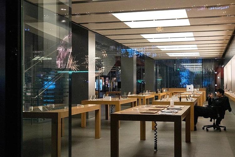 Bên trong một cửa hàng Apple đã đóng cửa tại Bắc Kinh hôm 9/2. Ảnh: NYT  - merlin 168633690 05bf10ba b154 2501 7356 1581587283 - Kinh tế TQ 'như châu Âu thời trung cổ'