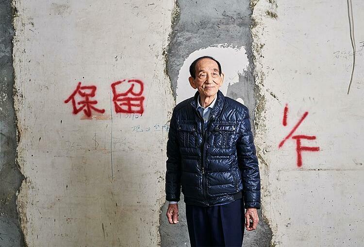 Tang trong một căn nhà ông sở hữu ở quận Mong Kok. Ảnh: Forbes  - tang 2 1581677067 3542 1581677282 - Thành tỷ phú nhờ săn nhà hoang